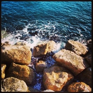 Waves on rocks in Monte-Carlo